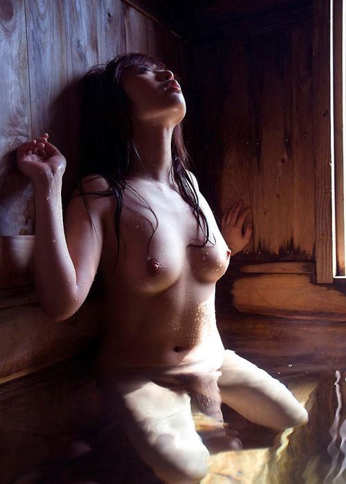 温泉でお風呂につかってるお姉さんのおっぱい12