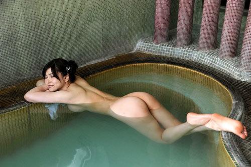 温泉でお風呂につかってるお姉さんのおっぱい15