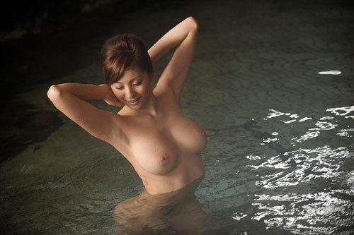 温泉でお風呂につかってるお姉さんのおっぱい20