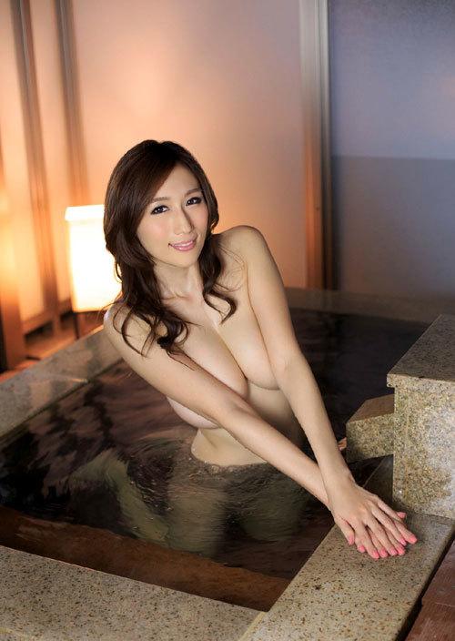 温泉でお風呂につかってるお姉さんのおっぱい21