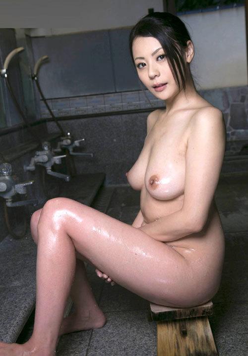 温泉でお風呂につかってるお姉さんのおっぱい30