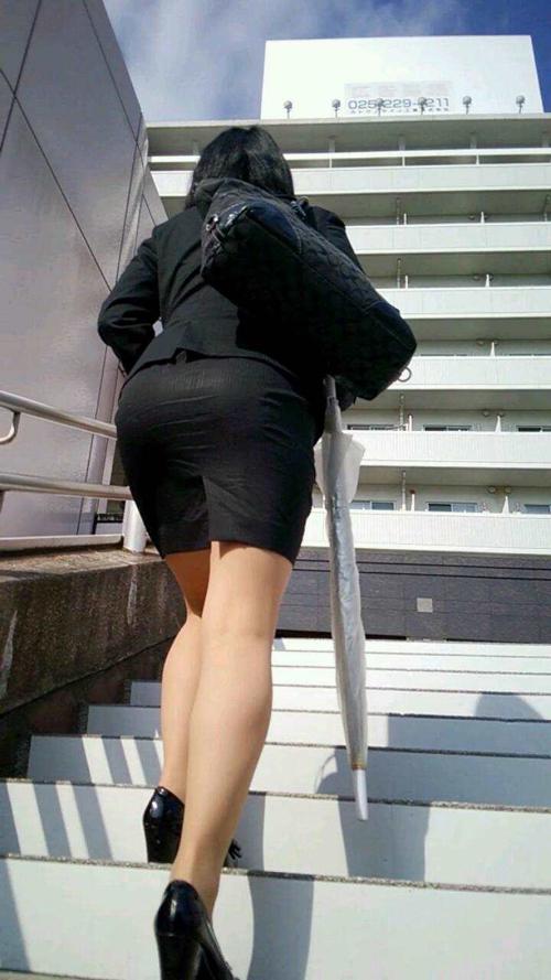 【タイトスカート盗撮エロ画像】女性のヒップラインが丸分かりでお尻がエッチ見える街撮りwww