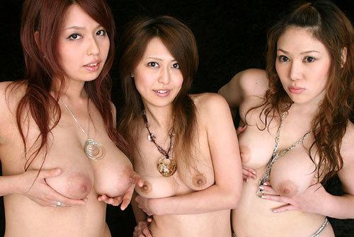 3人集まってみんなおっぱい丸出しのお姉さん15