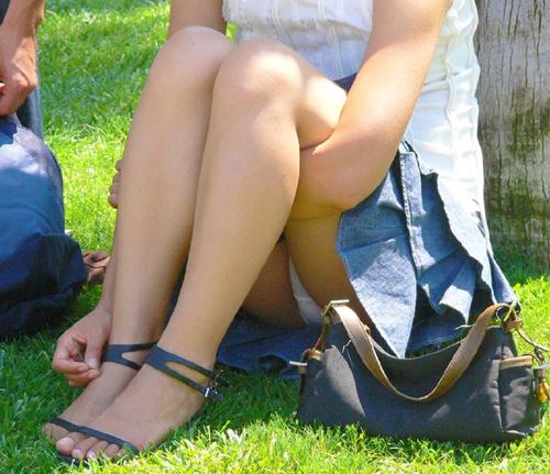 【パンチラ盗撮エロ画像】公園で寛ぐ素人娘たちのパンツが見えていたので股間を隠し撮りwww