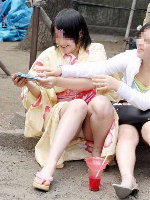【パンチラエロ画像】涼しくなった時期だからこそ見やすい屋外座りパンチラ!