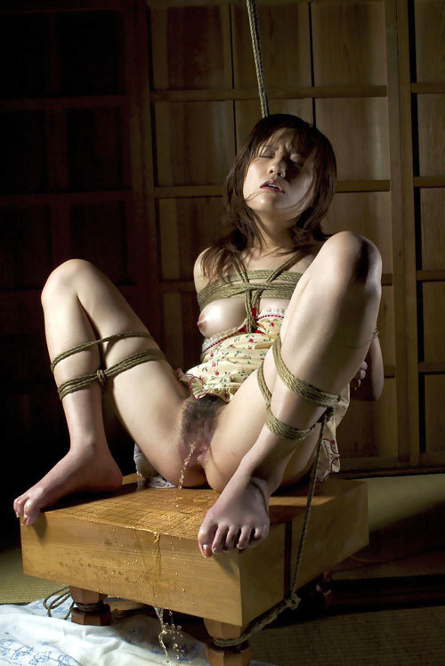 おっぱいを縛られて緊縛調教されてるドM女子30