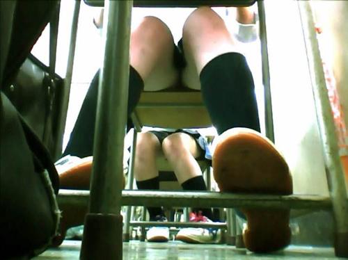 【JKパンチラ盗撮画像】クラスメイトが同級生のパンツを狙う隠し撮り…生々しい光景に興奮を覚えたwww