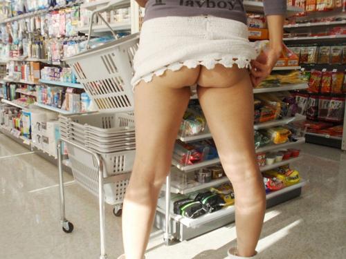 【コンビニ露出エロ画像】店内で変態女が人の目を盗んで衣服を脱いだりしてる所を激写www