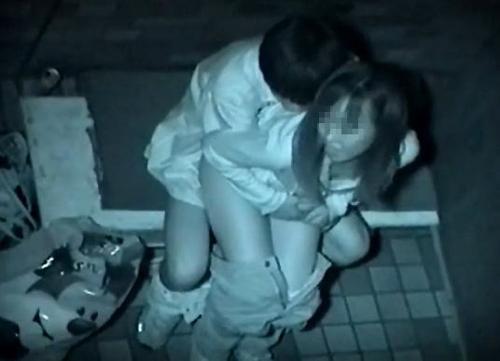 【赤外線盗撮エロ画像】若い素人カップルが夜中に野外で性行為…一部始終を見ながら隠し撮りwww
