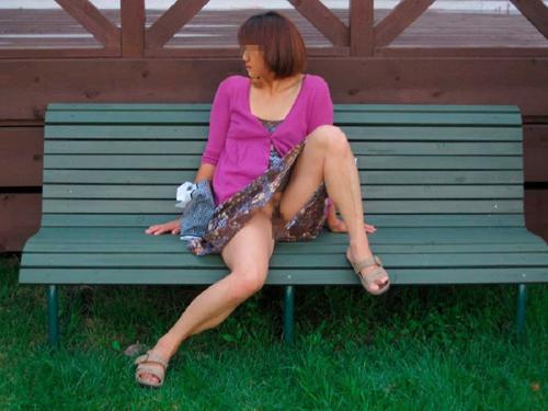 【野外露出エロ画像】変態女性がノーパンでオマンコを御開帳…外見からはそんな事するようには見えないwww
