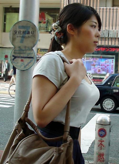 巨乳OLを街撮り!おっぱいが目立ってた素人OLの着衣巨乳画像