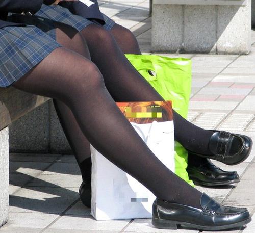 【JK黒パンスト盗撮エロ画像】女子校生が履いても大人の色気が漂う…生足も興奮するけど黒パンストもイイwww
