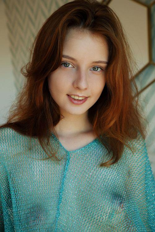 メッシュの服から透けるぷっくり大きなパフィニップルがえっち過ぎwゼンラ大股開きで読書する超絶可愛いベラルーシの美少女ww # 外人エロ画像