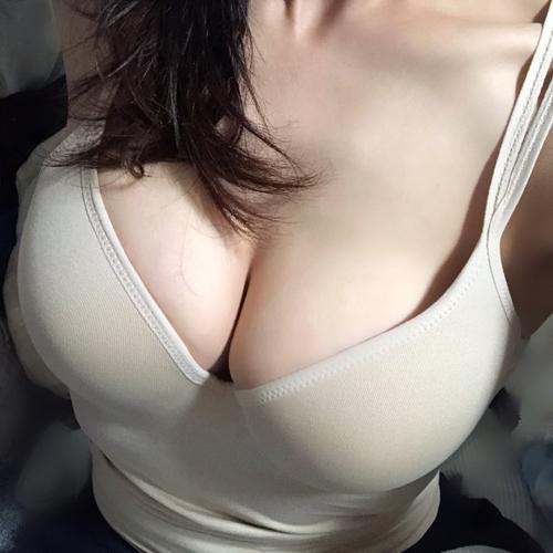 誰もが好物な巨乳の胸の谷間画像 part69