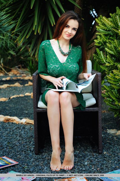 【海外エロ画像】何故か恥じらわないwポチや透けでも平気なノーブラ海外美女!