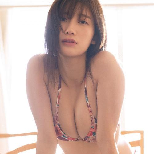 小倉優香さんのGカップおっぱいの谷間で挟まれて潰されたくなっちゃう