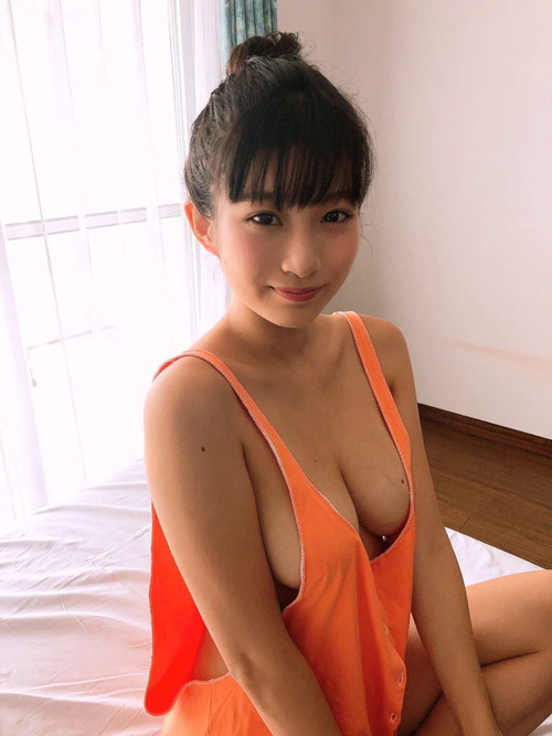 現役女子大生グラドル谷かえ(佐々木心優)小さすぎる水着着用でおっぱい揺れまくりww