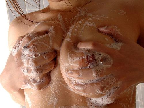 泡まみれでヌルヌルになってる柔らかおっぱいを押し付けて洗って欲しい