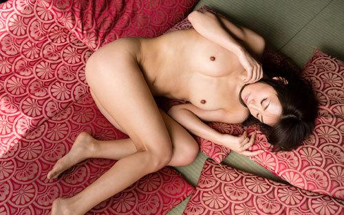 寝そべってるおねえさんのおっぱい枕で添い寝9