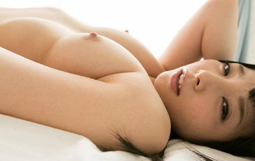 寝そべってるおねえさんのおっぱい枕で添い寝16