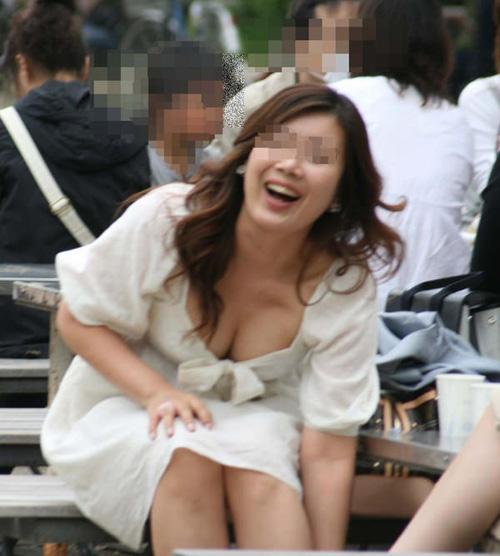 【画像29枚】服の間からチラりと見える巨乳素人ちゃんのおっぱいの谷間・乳首画像が激シコな件ww