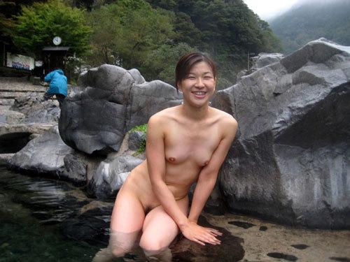 露天風呂でおねえさんのおっぱいと一緒に入浴10