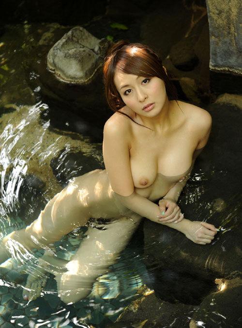 露天風呂でおねえさんのおっぱいと一緒に入浴13