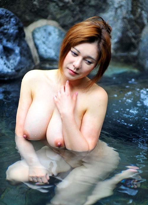 露天風呂でおねえさんのおっぱいと一緒に入浴14