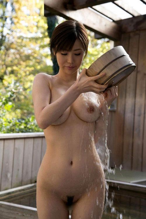 露天風呂でおねえさんのおっぱいと一緒に入浴26