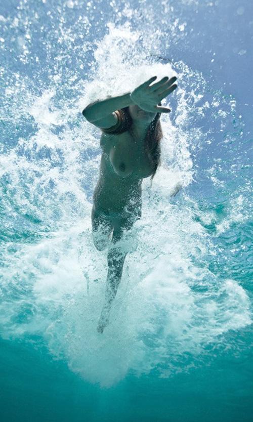 泳ぐエロ画像 水中のエロス