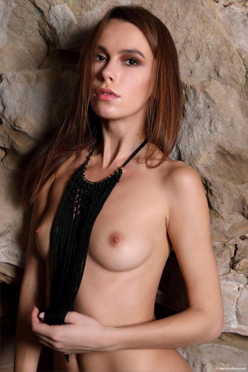 アクセサリー?ランジェリー?フリンジの間から覗くピンク美乳首の美乳が芸術的に美しくてえっちだwスレンダー美女のヌードグラビアww # 外人エロ画像