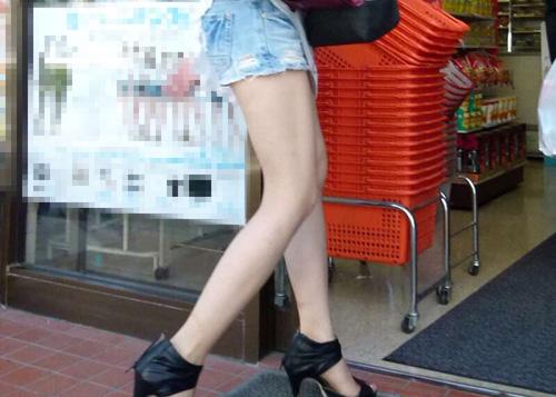 【美脚エロ画像】今から夏を待ち遠しくさせるショーパン素人達の生脚撮り!