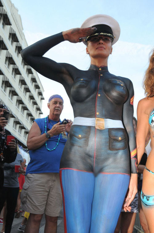 【海外エロ画像】遠目なら誤魔化せる?着衣ではないボディペイント裸婦