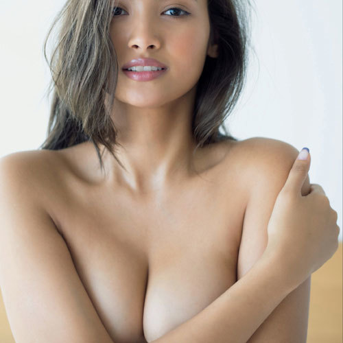 香川沙耶 10頭身モデルがおっぱいを手で隠して手ブラ尻出しセミヌード