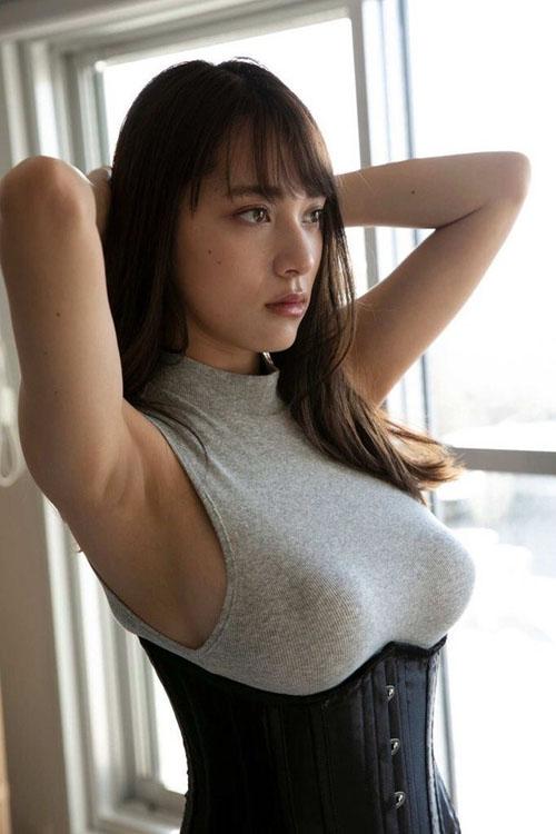 都丸紗也華、エロ写真集で手ブラ解禁!デカすぎておっぱい隠せてないwww
