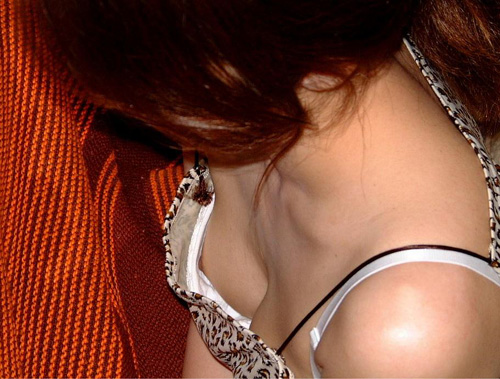 すげーセクシーな胸チラを発見ww思わずテンションがあがる女の子のおっぱい…ちょーシコい胸チラ画像