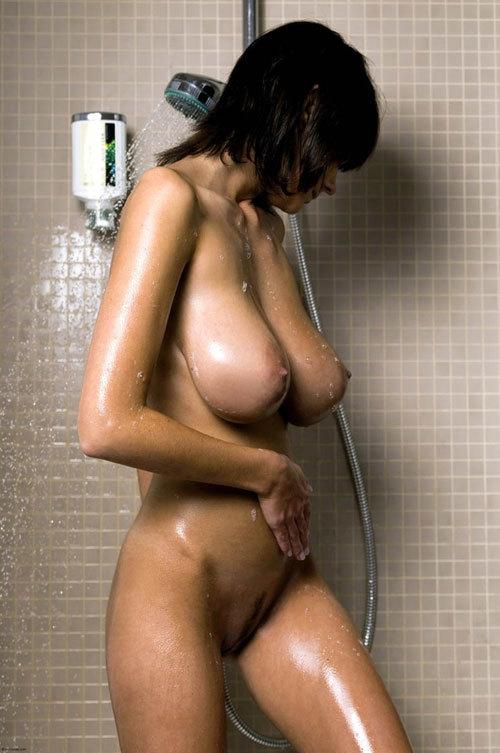 シャワーの水で濡れ濡れになったエロおっぱい15