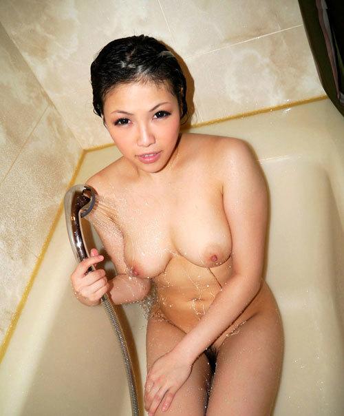 シャワーの水で濡れ濡れになったエロおっぱい26