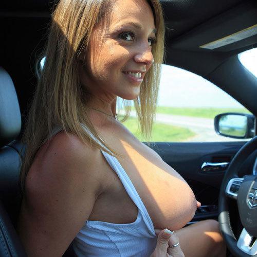 巨乳の外人さんが車内でおっぱい露出してる姿がえちえちでヤバ過ぎる