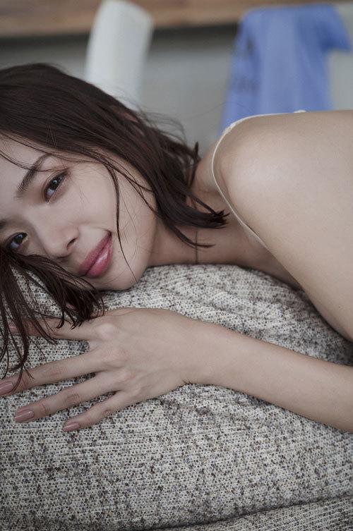 岡田紗佳モデルでプロ雀士Gカップのおっぱい24