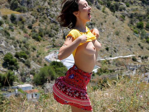 有名なコスタ・デル・ソルにやって来たアラサー美女さん、乳出して疾走w街中でもチクポチ・パンチラしまくり、はっちゃけ過ぎやろww # 外人エロ画像