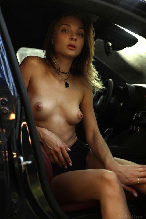 ドライブ途中でちょっと一服。リラックスし過ぎて全裸になっちゃうパーフェクトスタイルの美女w美脚と美乳をどうしても見せたいらしいww # 外人エロ画像