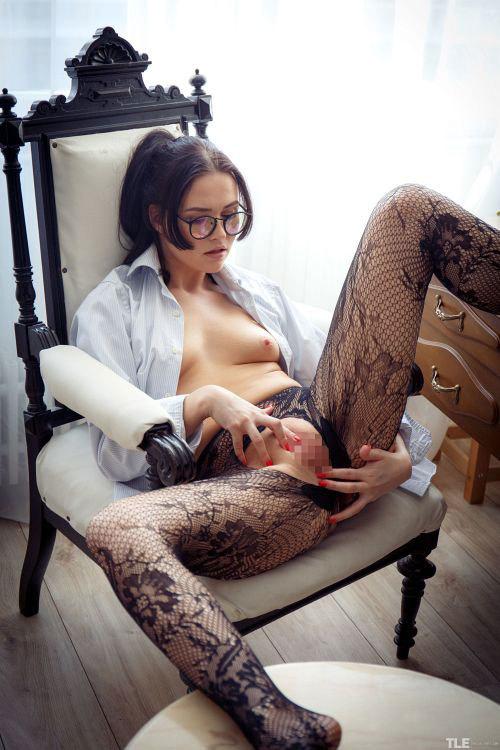 ポニテの眼鏡まんさん、直穿きの網タイツ破ってオ○ニーwミルクローションまみれでマ○コ弄ってるのがくっそエロいんだがww # 外人エロ画像と動画