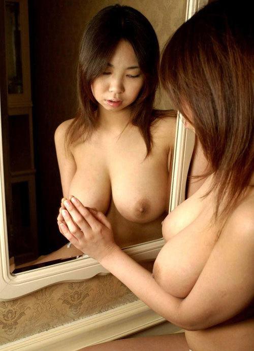 鏡に映ったおっぱいと生おっぱいに興奮しちゃう1
