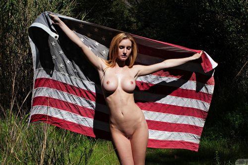 【愛国心の塊?】全裸にアメリカ国旗をまとって徘徊する、金髪巨乳美女が発見されるwww # 外人エロ画像