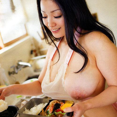 裸エプロンで料理する女子のおっぱい揉みたい♪