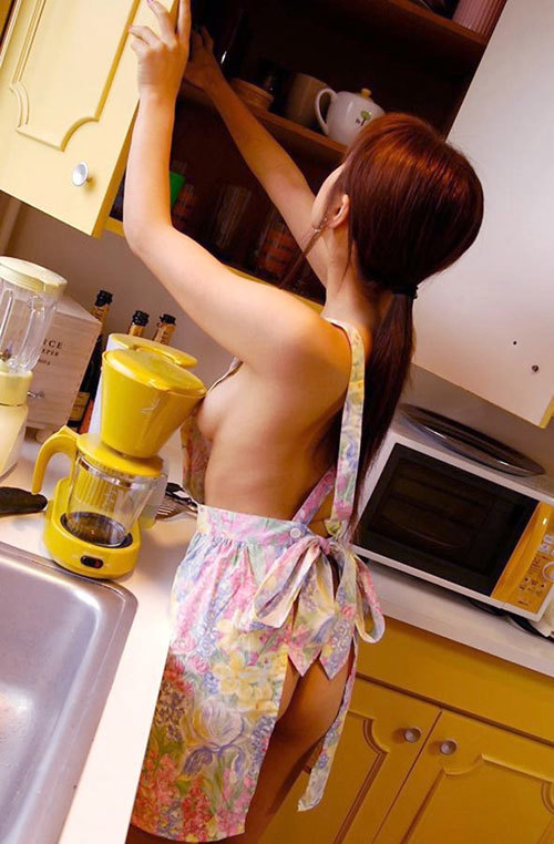 裸エプロンで料理する女子のおっぱい揉みたい29