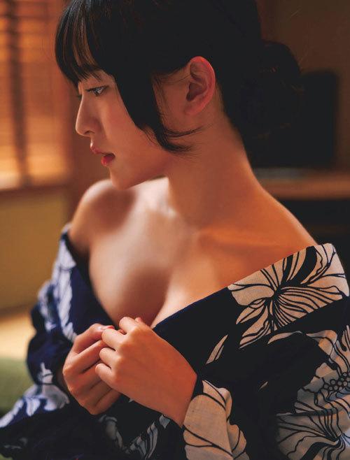 高崎かなみちゃんのロリ可愛いおっぱいの谷間35