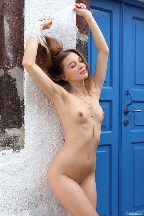 ギリシャ辺りの美しい中庭で寛ぐウクライナの美少女さん、気持ち良過ぎてついつい全裸にwマ○コにまで日光浴させてしまうww # 外人エロ画像