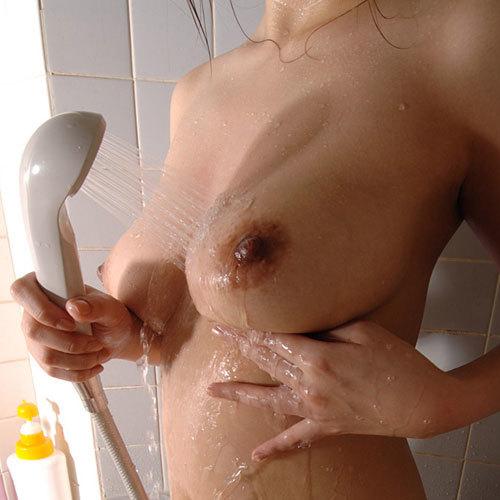 シャワーを浴びておっぱいが濡れ濡れなお姉さんがエロ過ぎて我慢出来ない